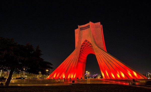 Azadi-Turm leuchtet rot zum Welttag für Hämophilie