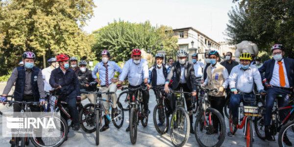 Botschafter in Teheran fahren mit dem Bürgermeister der Stadt Fahrrad